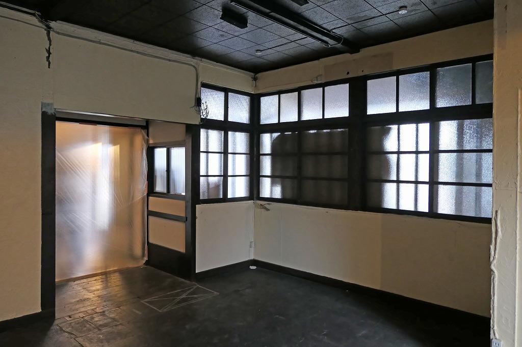 写真左手のビニール部分がメインの出入口。共用部工事中。