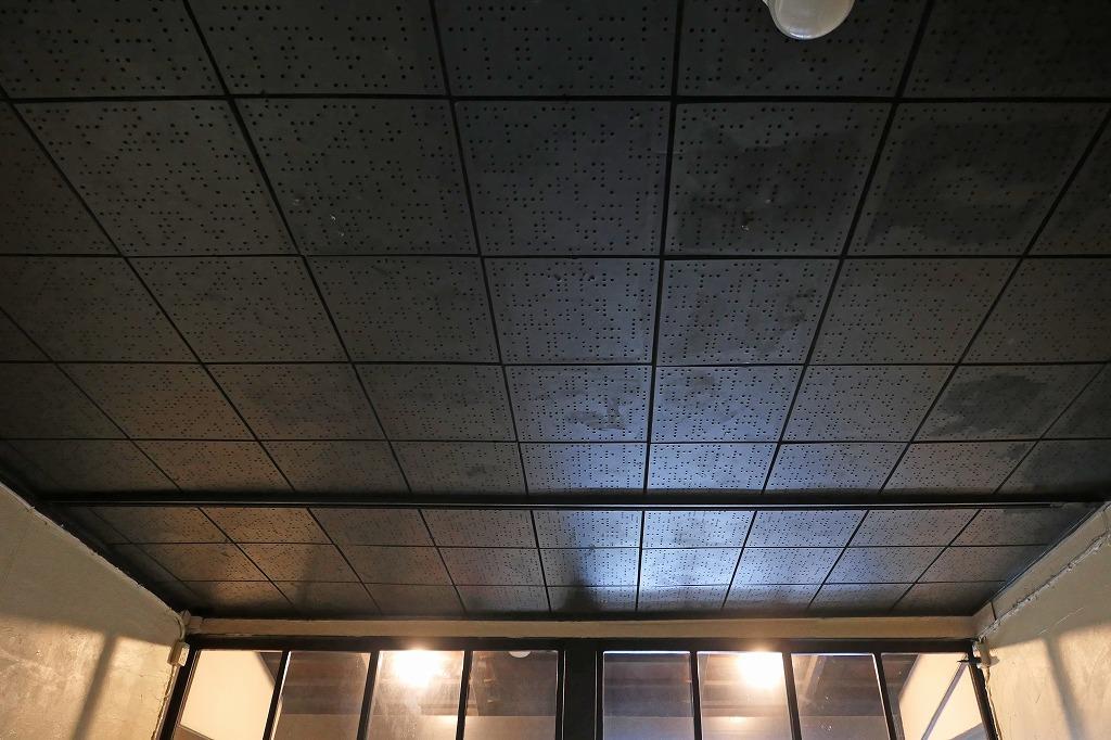 天井は有孔ボード貼り。リニューアル予定あり。詳細は担当者まで