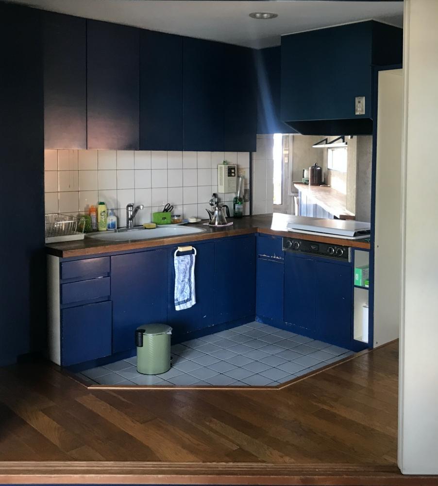 造作キッチン。天板の高さは低めです。