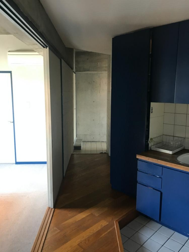 寝室とキッチンの間の廊下は無垢フローリングが使われています。
