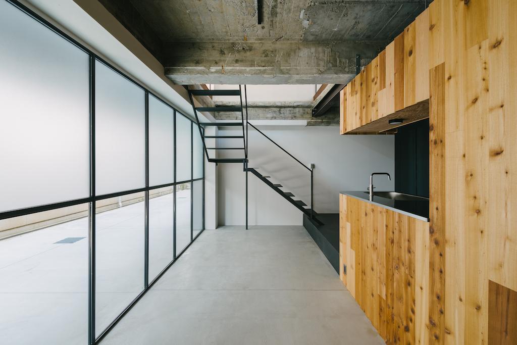 シュッとした階段があるのは101,102号室。