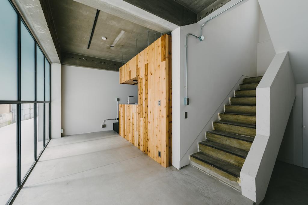 103号室は味のある既存階段を再利用