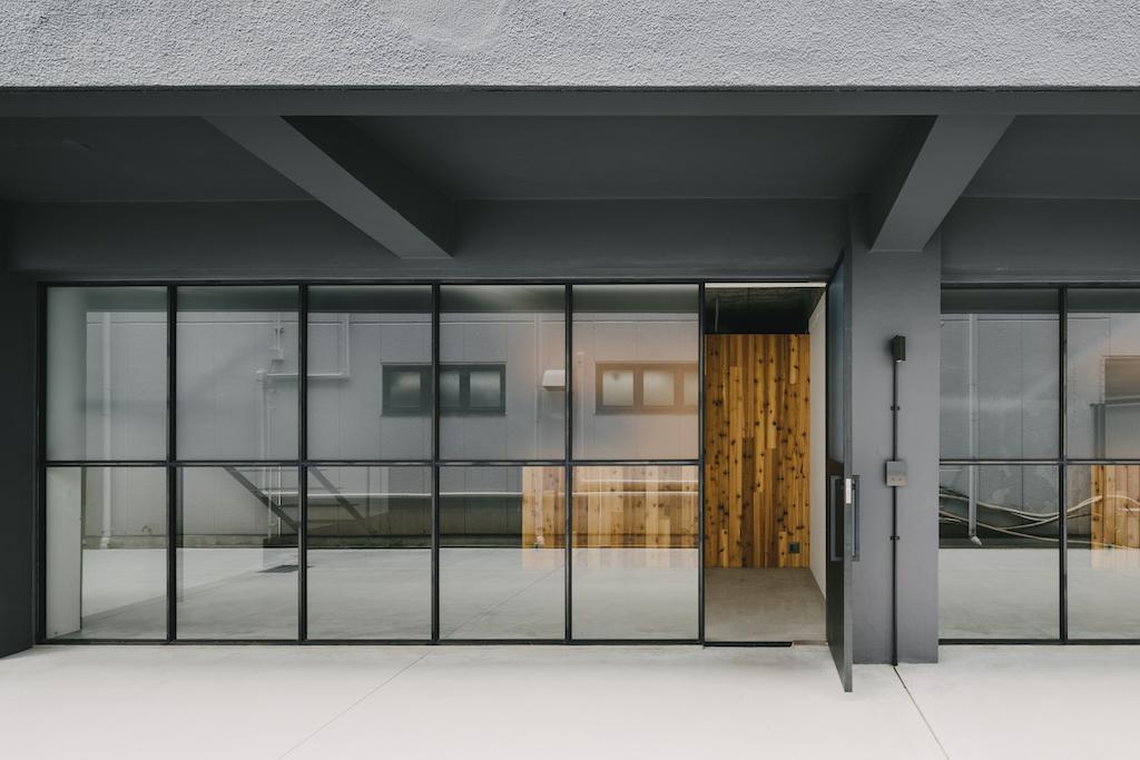 住宅っぽくない玄関