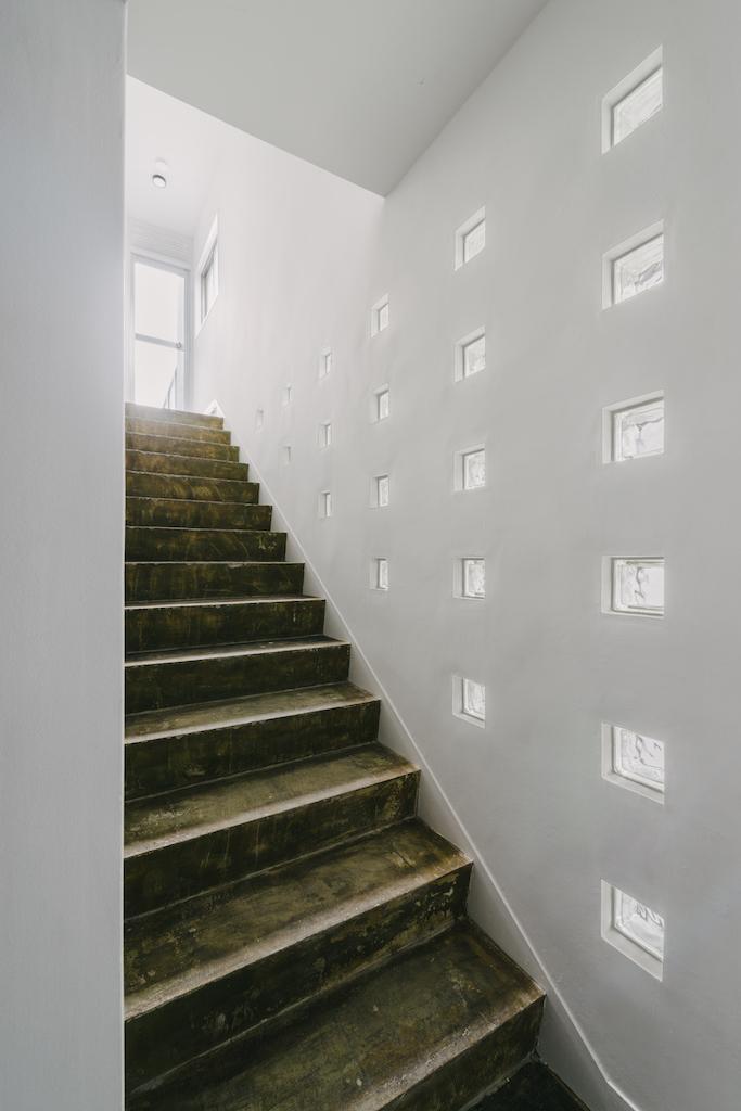 201号室の専用階段。このブロックガラスが個人的に1番グッときたポイント。