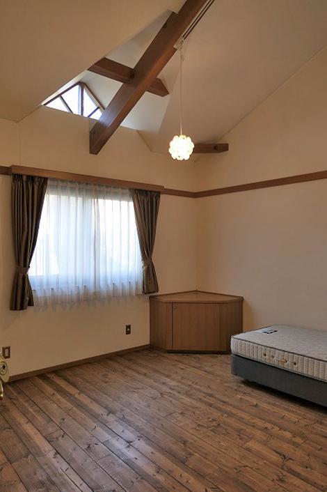 202号室、2階は天井が吹抜けになっています。