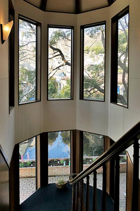 階段室。借景の緑がとてもきれいです。