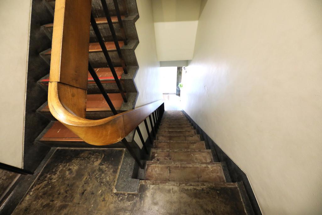 レトロビルならではの味のある手すり。エレベーターはなく、階段のみです!
