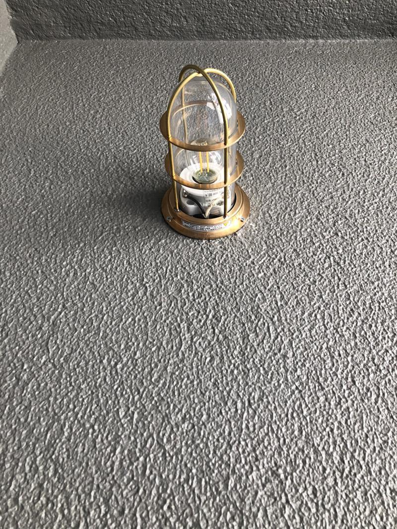 玄関前の小さな照明。