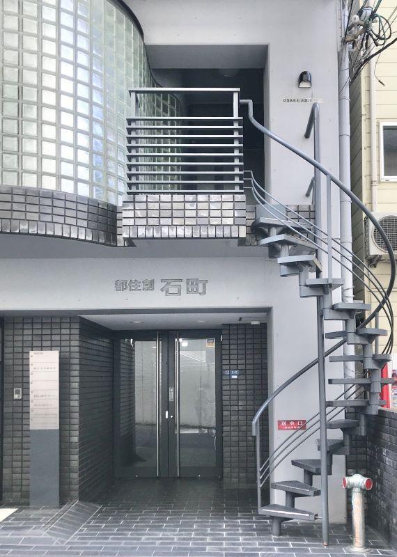 エントランス部分。螺旋階段から当該住戸にアクセスもできます。