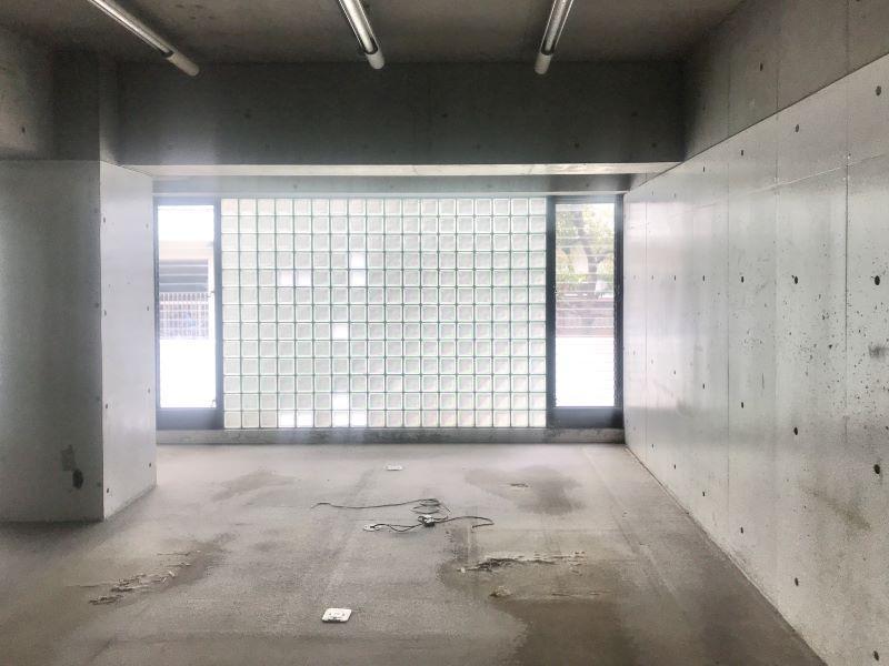 室内にはブロックガラス面から柔らかい光が入ります。