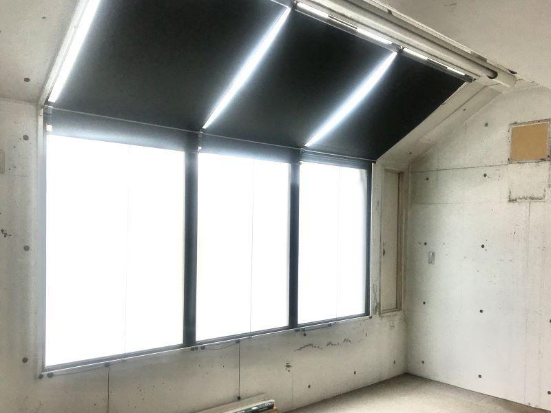 壁から天井部分まで窓があるので、昼光はしっかり入ってきます。