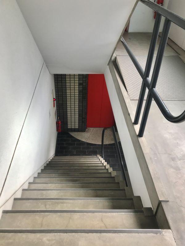 マンション共用部分の階段。スタイリッシュな手すり。