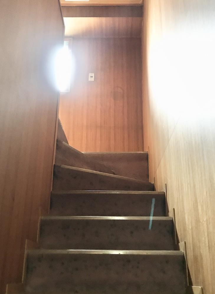2階へ上がる階段には窓から光が差し込みます。