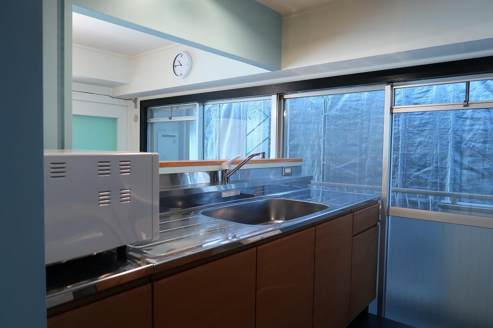 ステンレスの対面キッチン。作業スペースも十分。