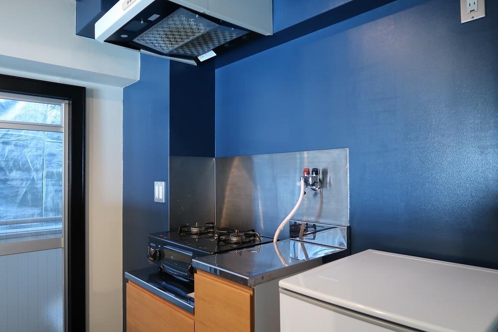 キッチン背面は深い色味の青。