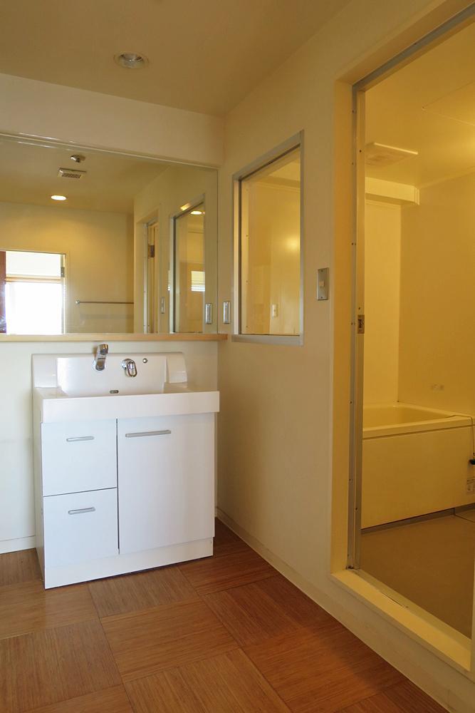 広々とした脱衣室。ここは白で統一。