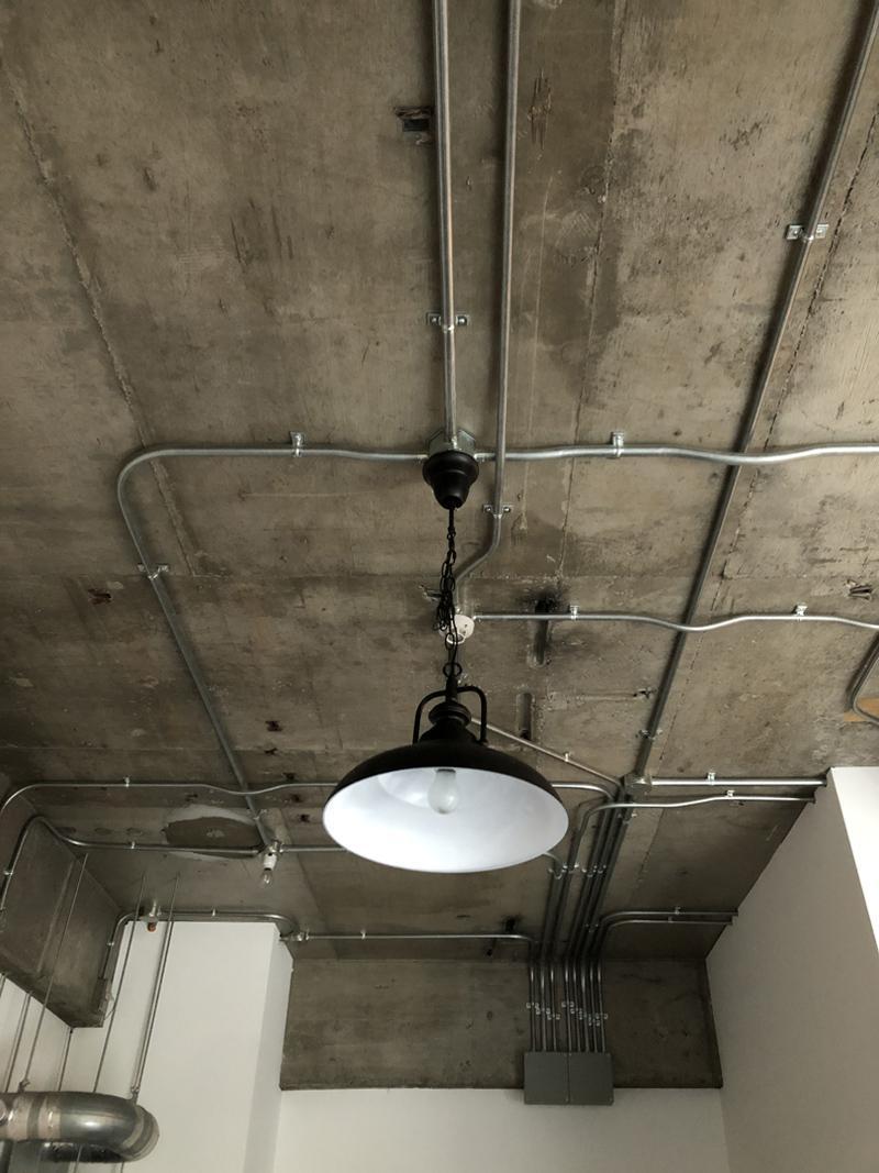 天井の露出配管すらデザインに