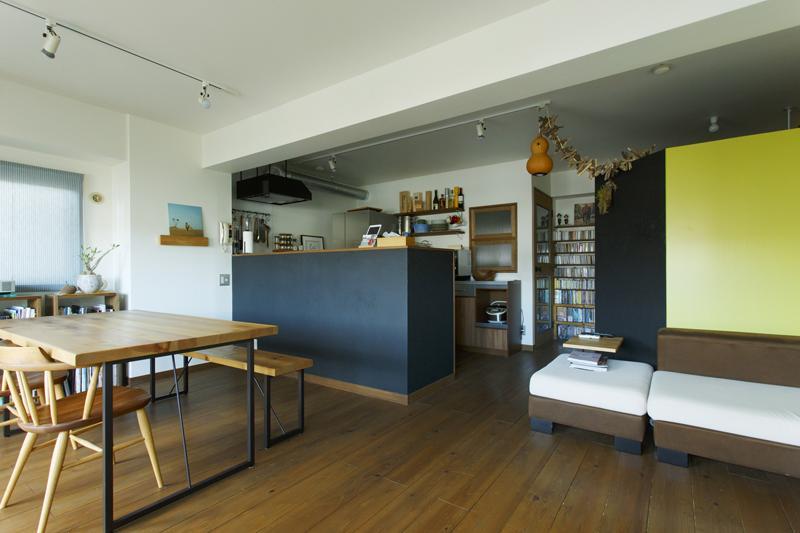 広々としたLDK。床は杉材の無垢フローリングをダーク色で着色。ライトグリーンの壁が程よいアクセント