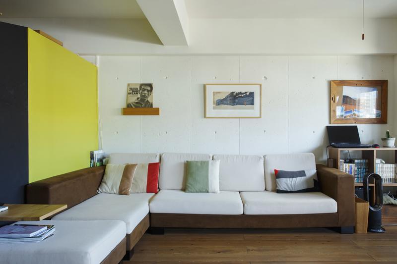 LDKの壁1面はコンクリートの躯体壁に白塗装仕上げ
