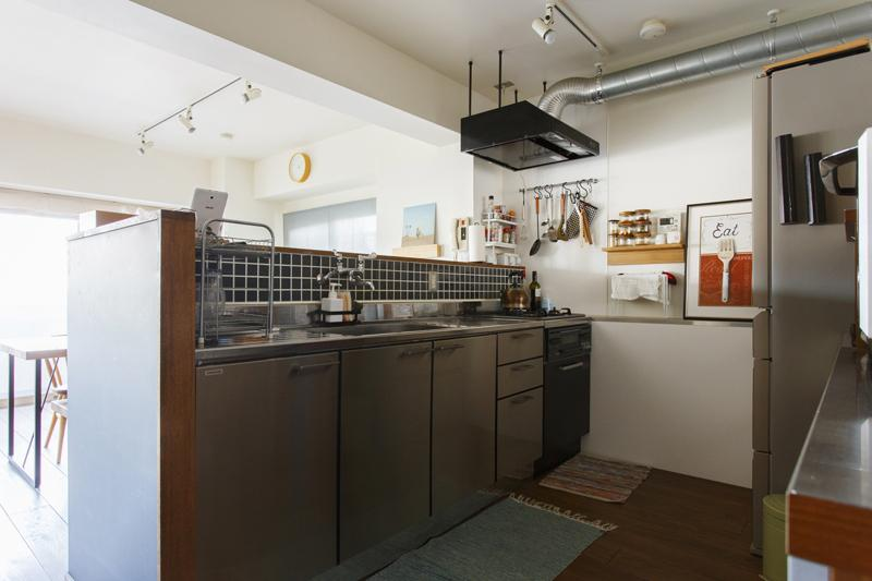 シンプルなステンレスのキッチンは横幅2400mmと広々