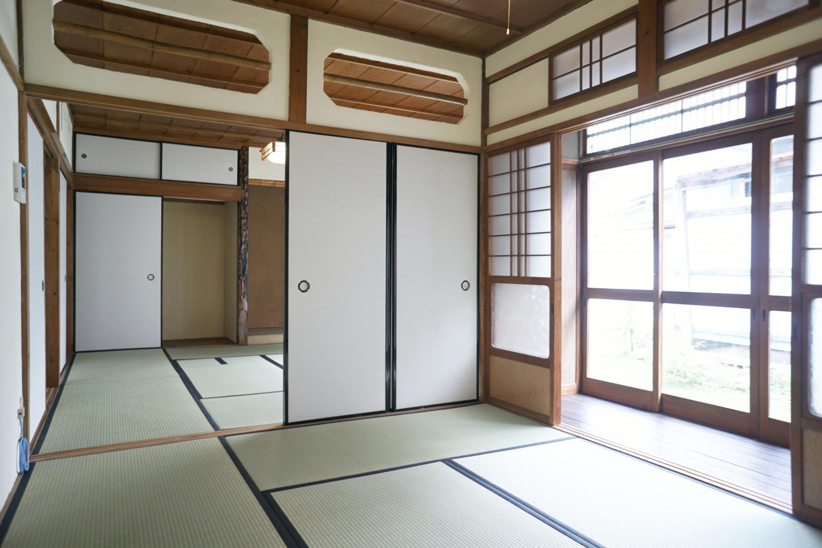 建物中心の二間続きの和室。庭からの日差しが心地よい。