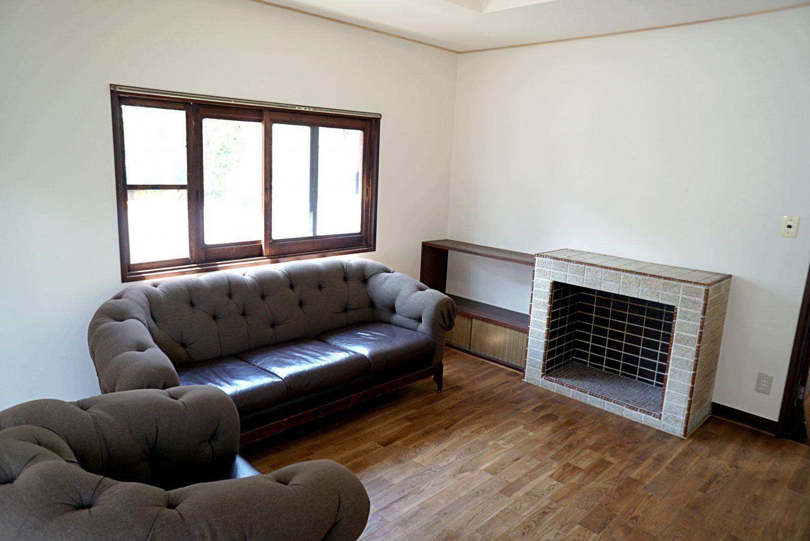 既存の備え付け棚と飾り暖炉