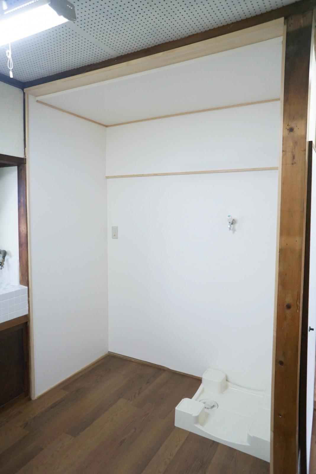 元々押し入れだった場所をキッチン側に改修、洗濯機もここに。