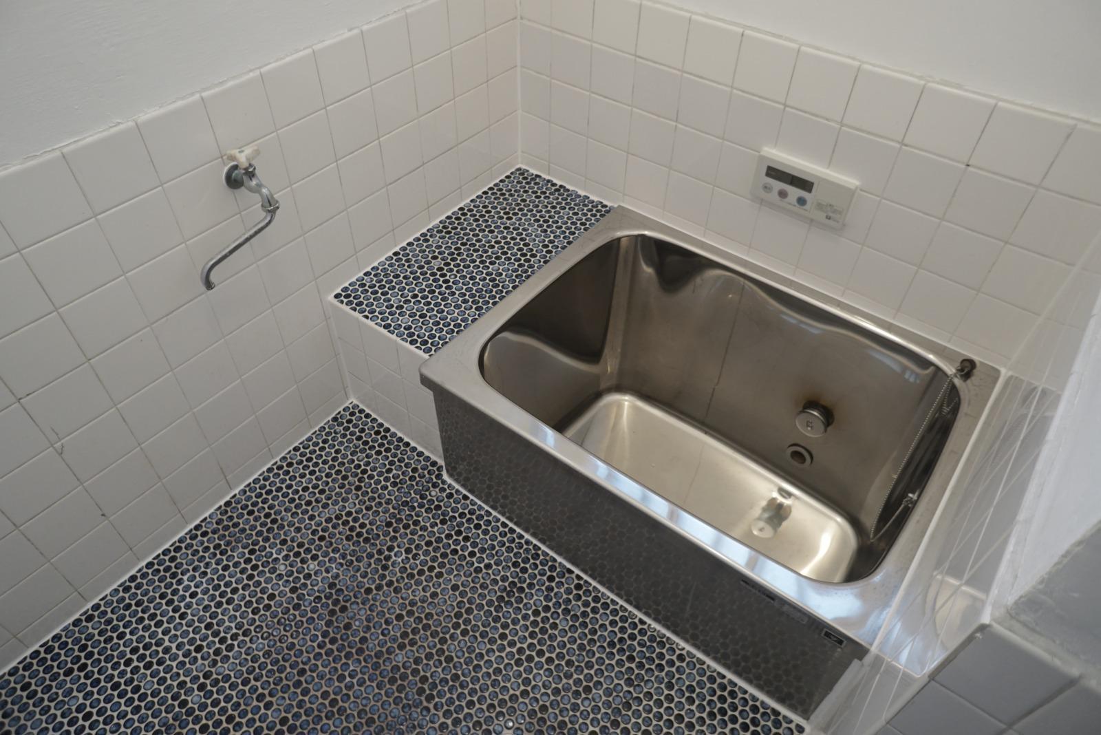 タイルが可愛いお風呂。シャワーはついていません。
