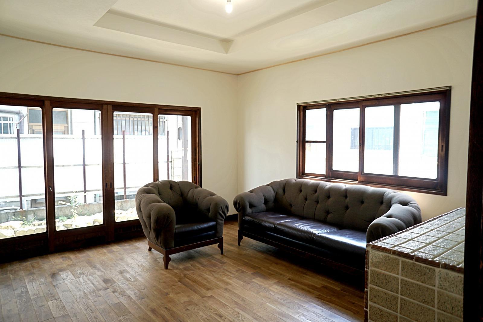 玄関入って右側の洋室、大きな窓の外には屋根があります。