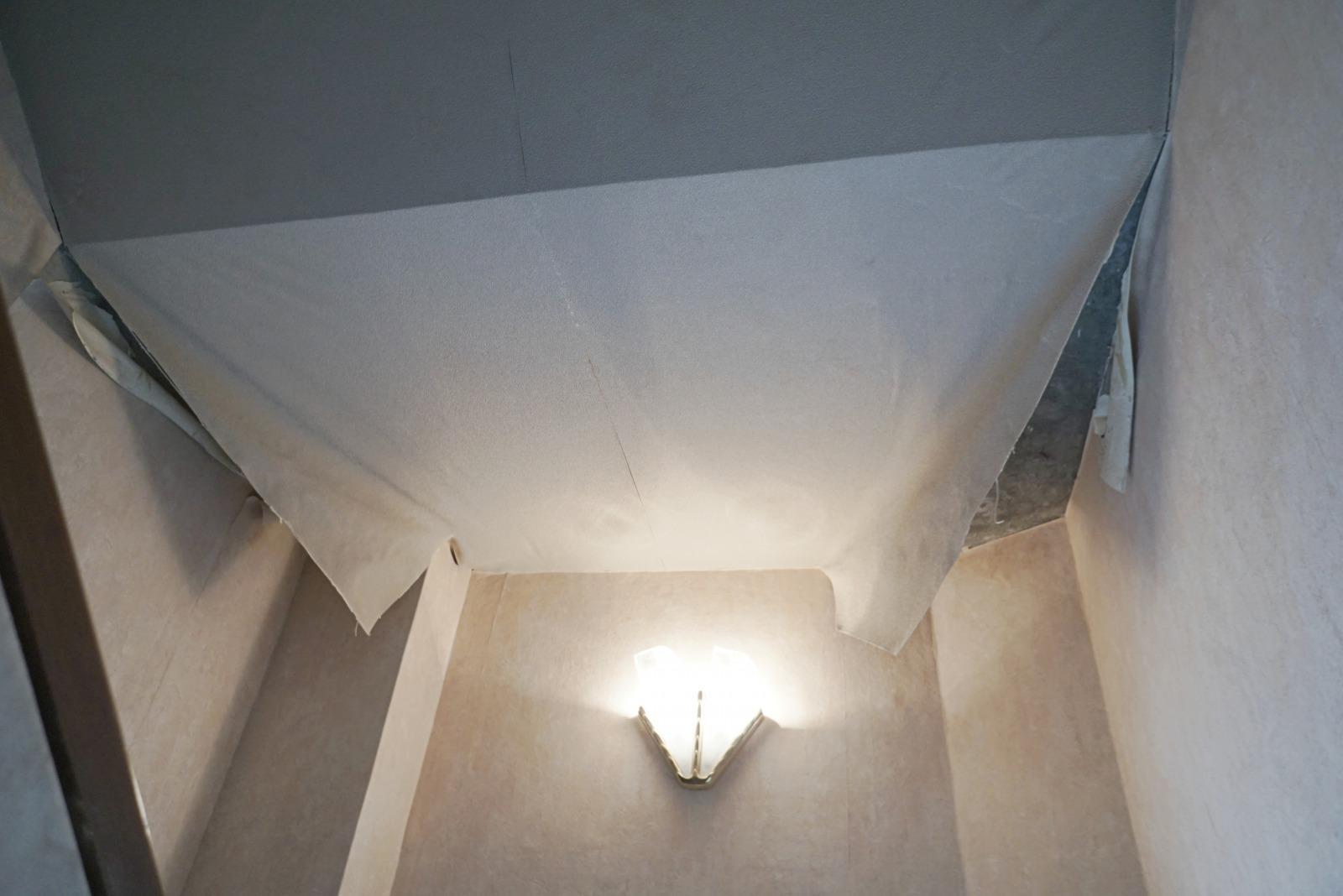 階段の天井は剥がれあり