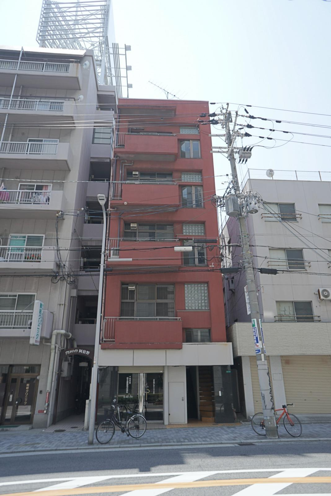 建物外観。1階には別店舗が入っています。今回の募集は2-5階の赤い部分。