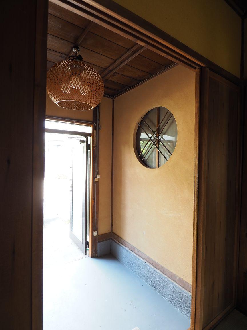 玄関にも外観とお揃いの丸い装飾