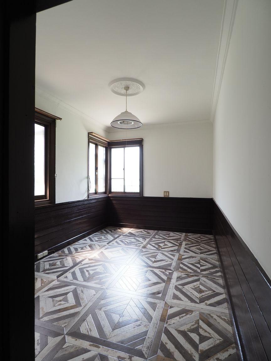 2階洋室5帖。天井のモニュメントに赴き
