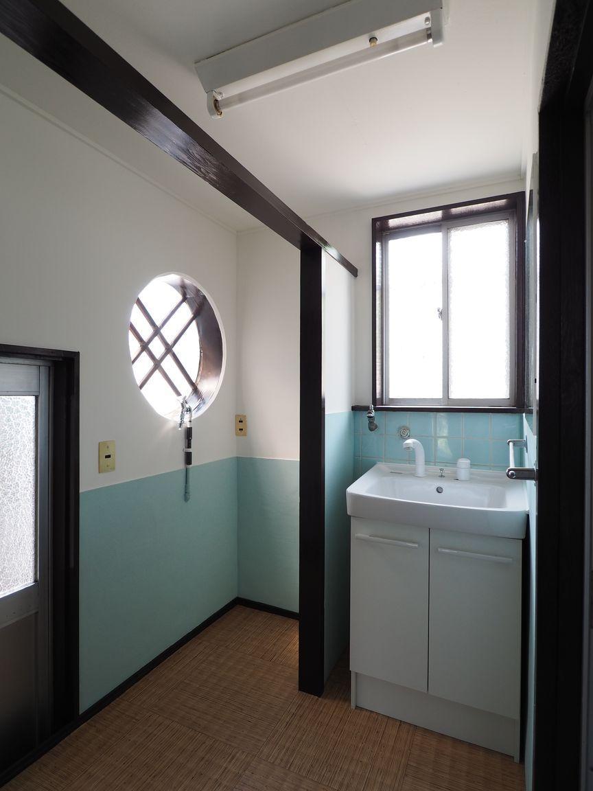 洗面所。ブルーの壁がワンポイント