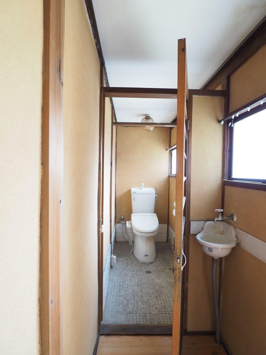 トイレにも明るい日差しが差し込む