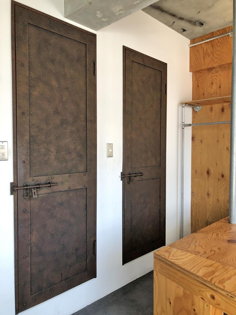 エイジング塗装の扉、錠付きのこだわり度
