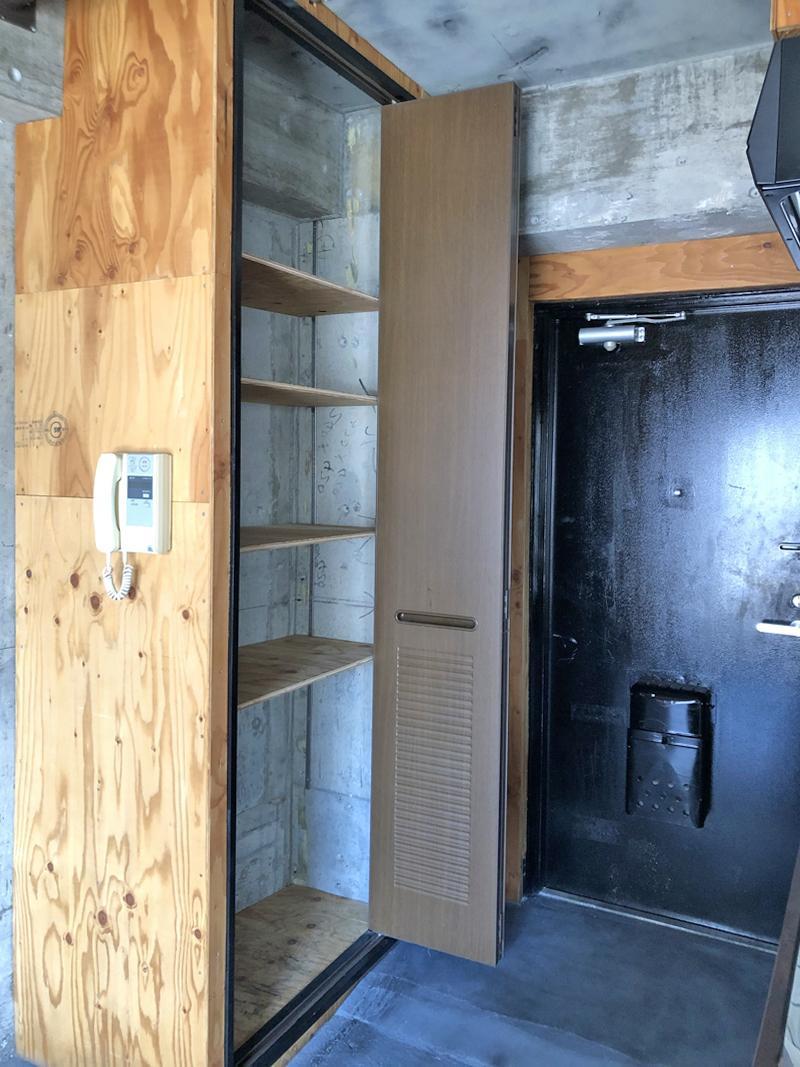 玄関横の収納は天井まで