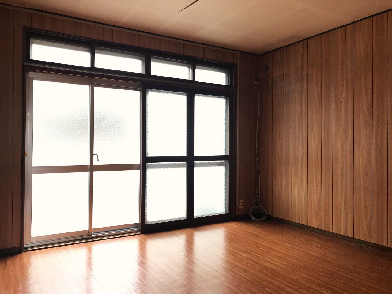掃き出し窓が壁一面なので、明るさは取れます