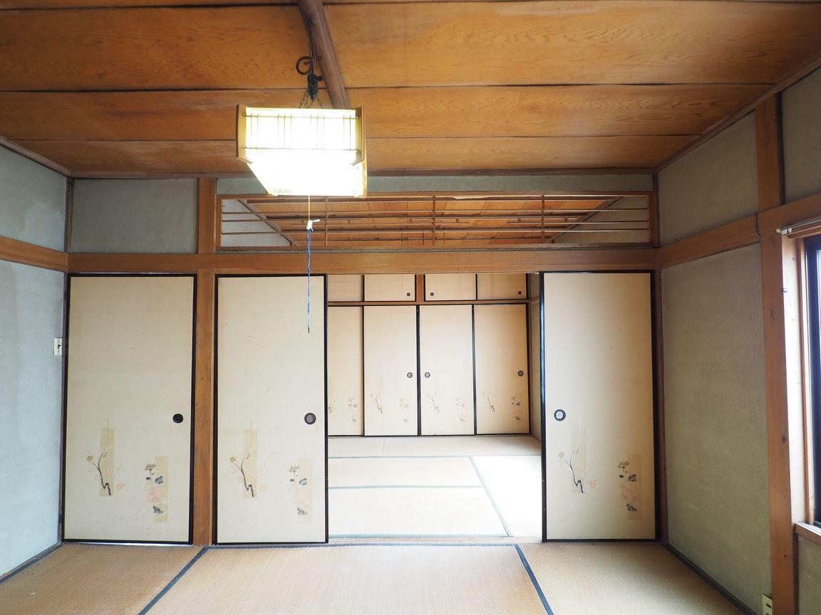 欄間越しに隣室の天井が見え、奥行き感が出る。現代のデザインにも通じる発想