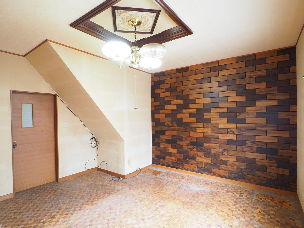 1階洋室7帖。壁の装飾パネルが目を引く