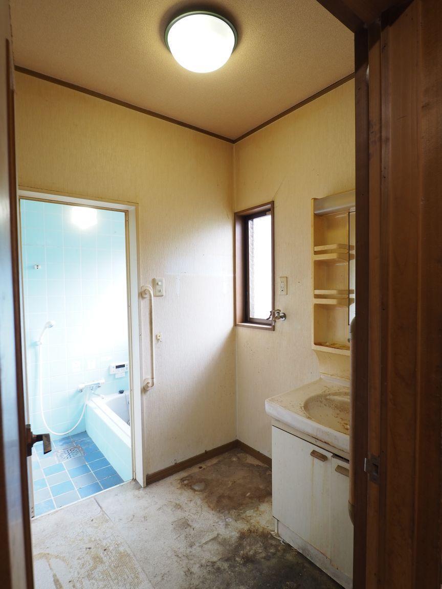 洗面所。浴室の窓から光がよく入ります ※床や機器に傷みがあります