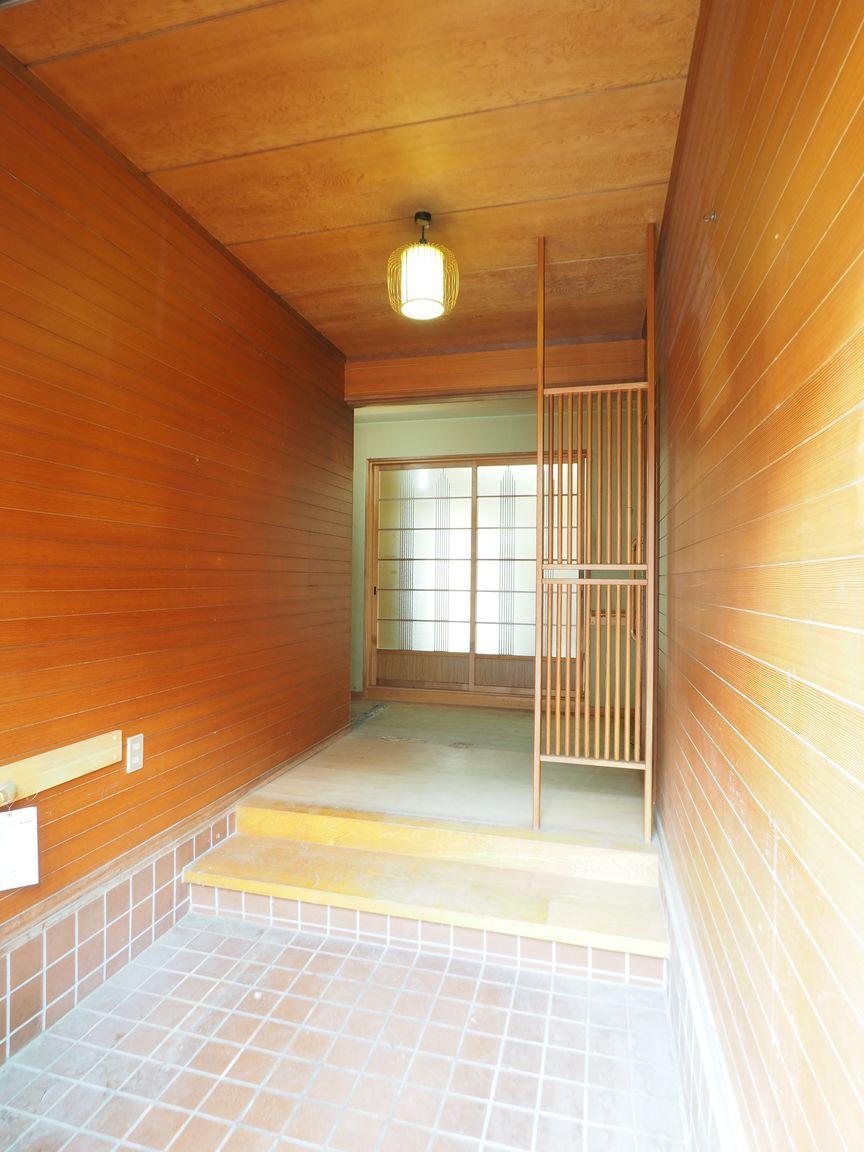 玄関。格子のパーテーションは今見てもおしゃれに感じます