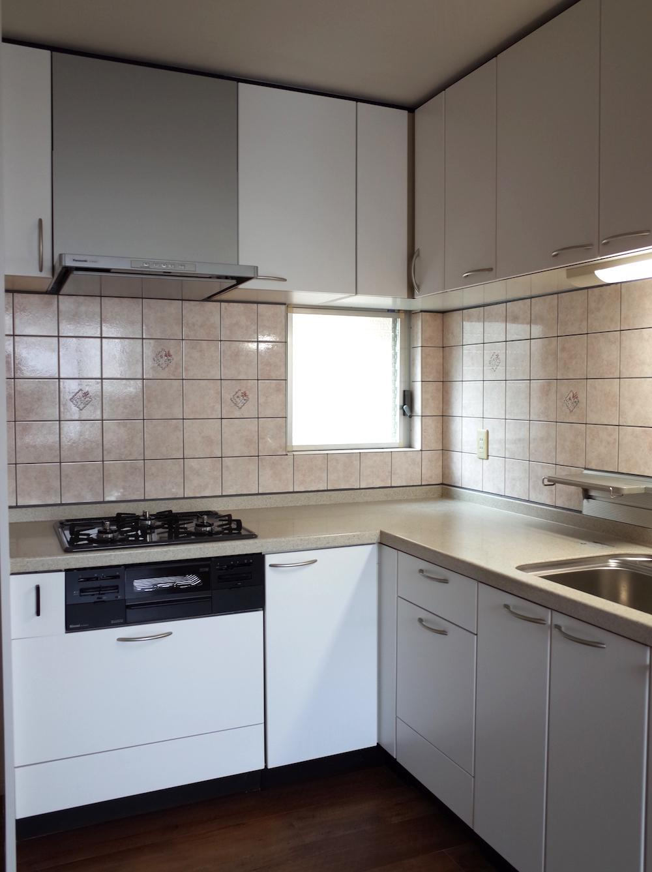 キッチンは既存再利用。玄関とリビングの間にあります