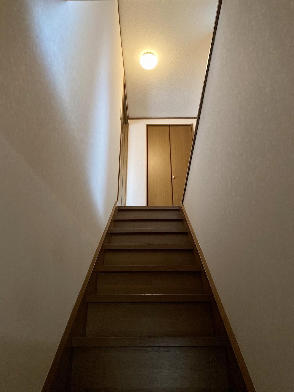玄関横の階段を上がると、、