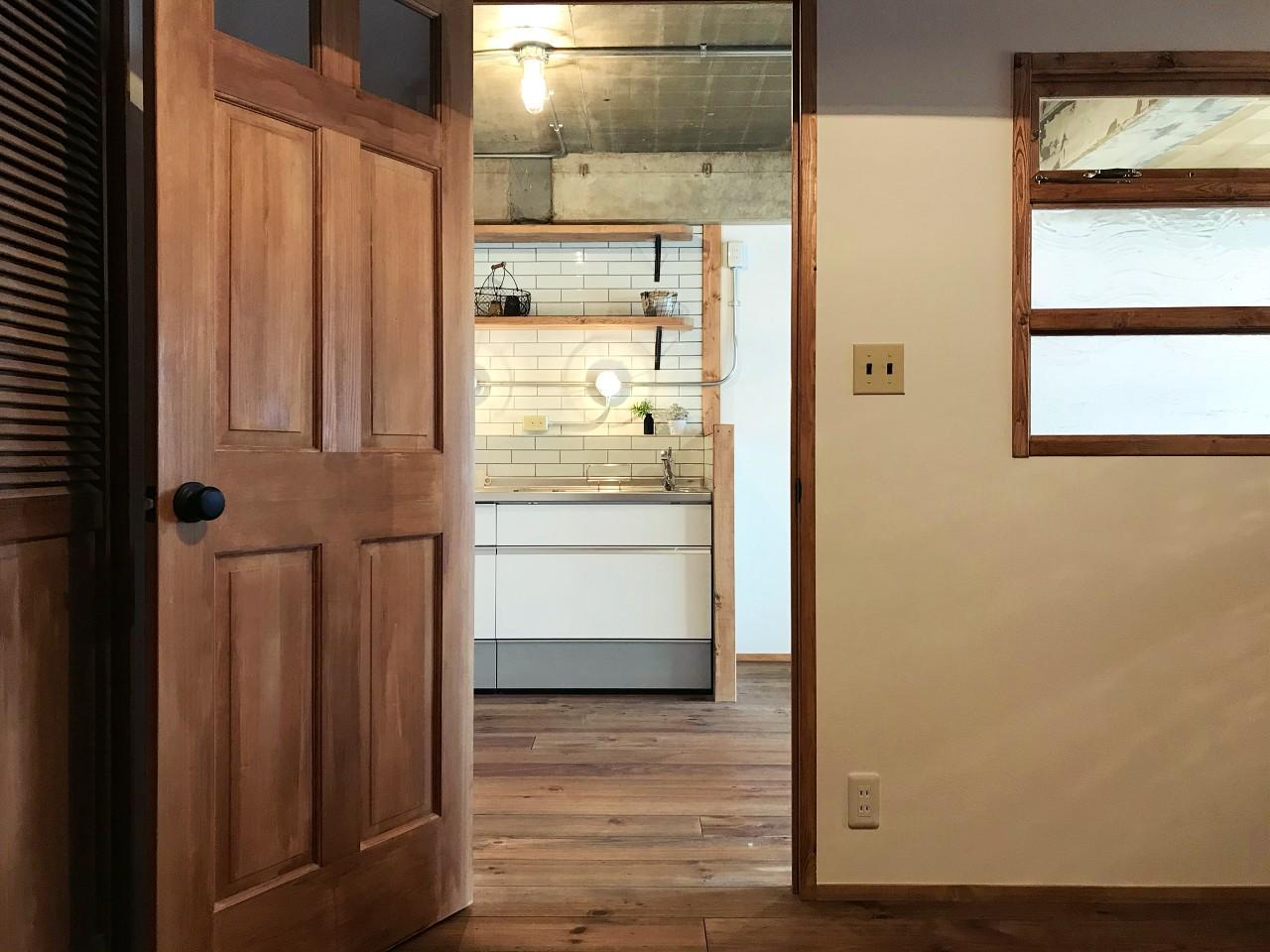 扉からはちらっとキッチン