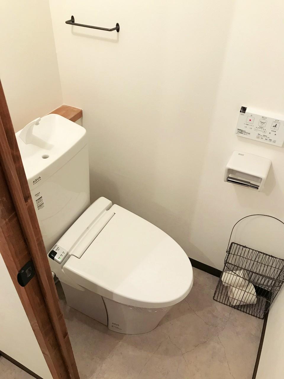 棚板とアイアン金具を設えたトイレ