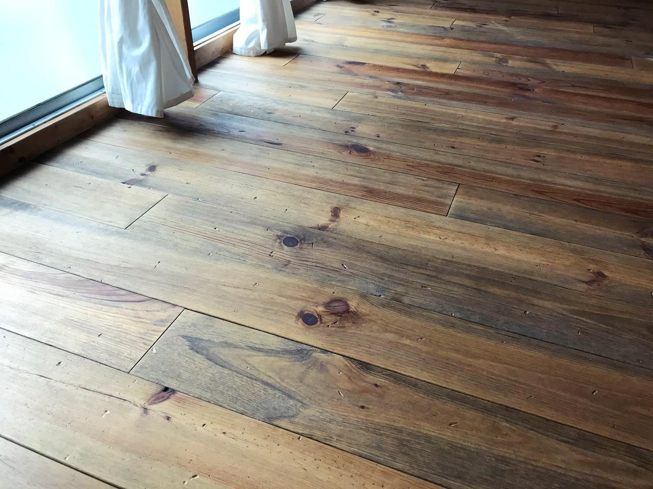 古材のように仕上げられた床