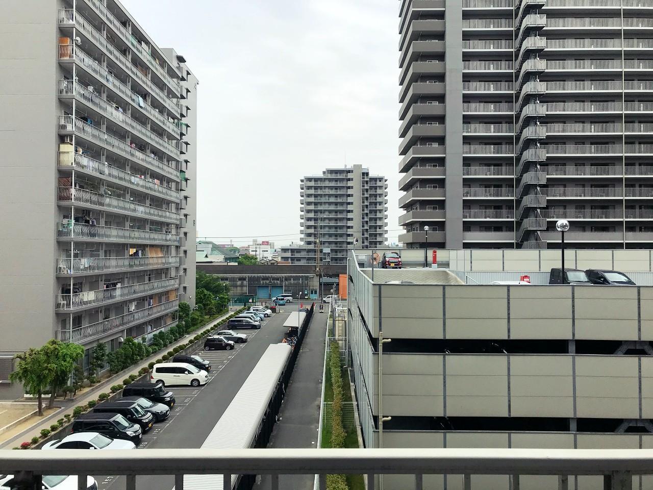 眺望、別のマンションの立体駐車場が見えます