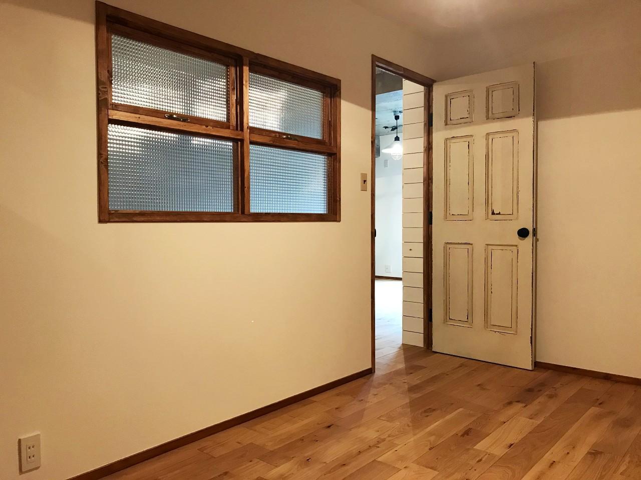 その扉の先は個室