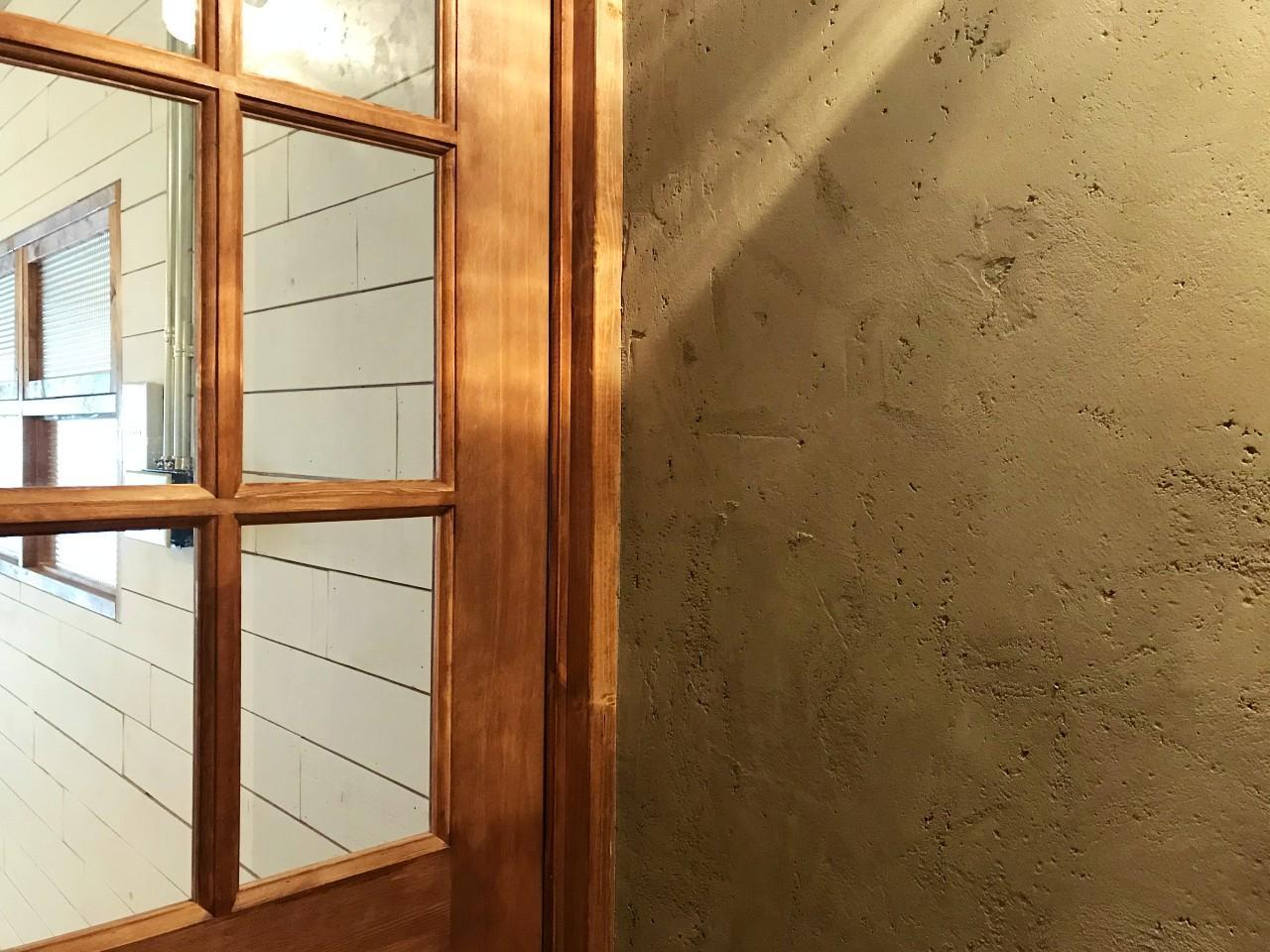 壁の手仕事感が完成度を高めてます